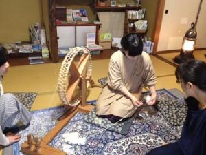 写真:やまねちゃん糸紡ぎ